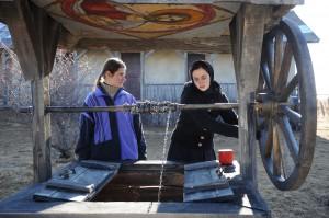Cristina Flutur şi Cosmina Stratan in filmul Dupa Dealuri 2012